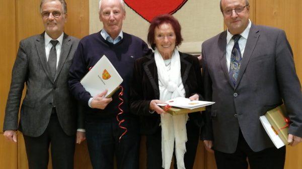 Bürgermeister Dr. Uwe Friedl (li.) ehrte im Rahmen der letzten Ratssitzung 2018 auch Hubert Küpper (re.) für seine Tätigkeit im Stadtrat. Foto: privat